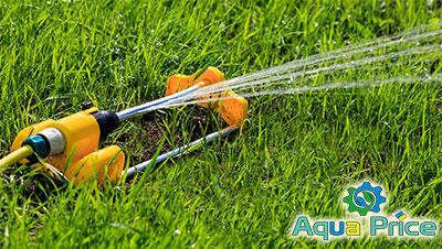 Осцилюючий дощувач поливає газон